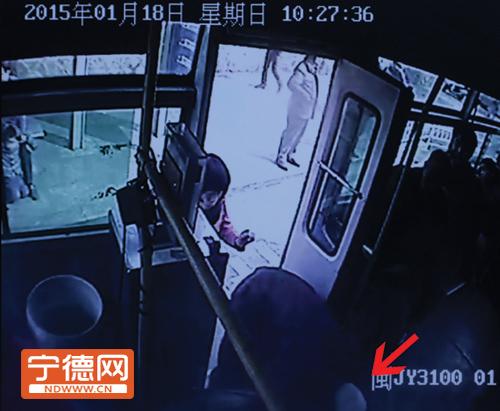 老人上车时,头磕在地板上。
