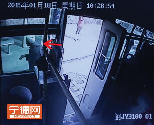 老人自行下车。(福安市公交公司监控视频截图)