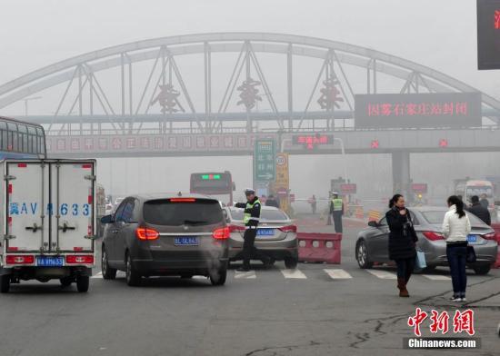 河北遭雾霾锁城 北京以南所有高速沿线站口关闭