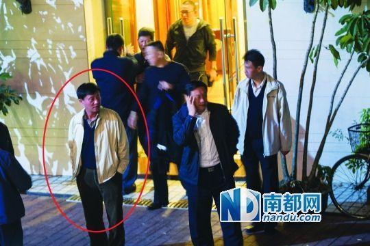 1月21日20:50,东湖水库明珠海鲜山庄,参加宴会的人员从包房出来,准备离开。经记者事后指认,身穿黄色夹克的中年男子(红圈内)即殴打南都记者陈乐伟的嫌疑人― 深圳市技侦支队退休官员王鹰航。
