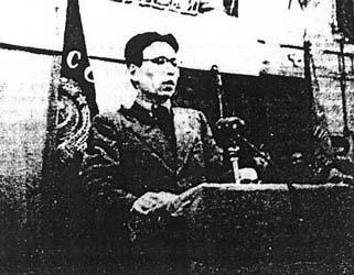 刘允斌,刘少奇长子。1924年生于江西萍乡安源煤矿,原籍湖南宁乡。在湖南宁乡炭子冲老家长大。1938年,被接到延安,进入延安保育小学就读。1939年,和妹妹刘爱琴一起赴苏联,进入莫斯科莫尼诺国际儿童院学习。1940年入苏联十年制中学学习,并加入中国共产党。1945年夏,考入莫斯科钢铁学院学习。1946年,考入莫斯科大学化学系,学习核放射化学专业。其间担任中国留苏大学生同乡会会长。图为刘允斌旧照。