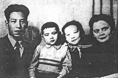1957年10月,回到北京。在国家二机部所属中国原子能研究所工作。1962年,调到内蒙古包头市郊外的202厂,组建中国原子能研究所第三研究室,并担任主任,负责新型热核材料的研制工作。图为刘允斌与妻子玛拉・费拉托娃及两个孩子的合影。