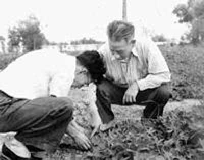 文化大革命中受父亲牵连,被诬苏联间谍受迫害。1967年11月21日被批斗,实在不能忍受精神和肉体的残酷折磨,当晚9时左右在包头卧轨自杀。1978年得以平反,恢复了中共党员和核化学专家的名誉。图为刘允斌与刘少奇合影。