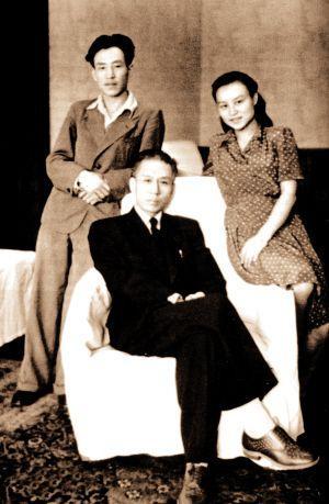 刘爱琴,刘少奇长女。1927年生于湖北汉口,女,原籍湖南宁乡。出生后即交给汉口一工人家庭抚养,曾当过童养媳。1938年由党组织找回延安,与父亲团聚。1939年和哥哥刘允斌一起赴苏联,进入莫斯科莫尼诺国际儿童院学习。1940年,进入苏联十年制学校读书。图为刘少奇与儿子刘允斌,女儿刘爱琴在一起。