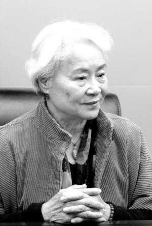 """刘爱琴1966年加入中国共产党。文化大革命中,父亲受到迫害致死,哥哥被污蔑为里通外国的特务,受到批斗和残酷折磨,逼迫卧轨自杀,弟弟也被捕入狱,她被开除党籍,开除公职,押往农村劳动改造,丈夫逼迫与她离婚。1979年得以平反。先后在河北师范大学、北京中国人民警官大学担任俄语教师、副教授。曾获全国妇联授予的""""三八红旗手""""光荣称号以及公安部授予的人民警察一级金盾荣誉奖章。图为老年刘爱琴。"""