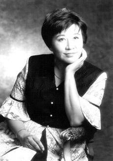 刘平平,刘少奇女儿。又名王晴。1949年5月生于北京,原籍湖南宁乡。幼年入北京实验小学、北京师大女附中学习。文化大革命中受到迫害,关进少管所。后被发配到解放军济南军区军马场,在酱油坊做酱油。期间自学大学课程,以及与食品工业有关的科学知识。后到北京市食品研究所工作。1980年,赴纽约大学深造。1984年获理学学士学位。1985年获营养科学硕士学位。图为1990年代中期,刘平平(王晴)在上海拍的照片。
