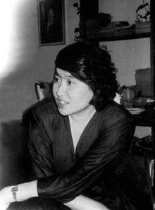 """后考入哥伦比亚大学并获营养教育硕士和博士学位。期间在美国《人类生态》等杂志上发表《中国城市母奶喂养下降趋势分析》、《经济社会发展与缺奶综合症》等论文,其中后文获得1985年全美妇女农业与园艺优秀论文奖。1986年底回国,担任北京市食品研究所副所长。1988年,晋升为副研究员,北京市食品研究所所长。后荣获""""北京市劳动模范""""和""""三八红旗手""""的光荣称号。图为刘平平在家中留影。"""