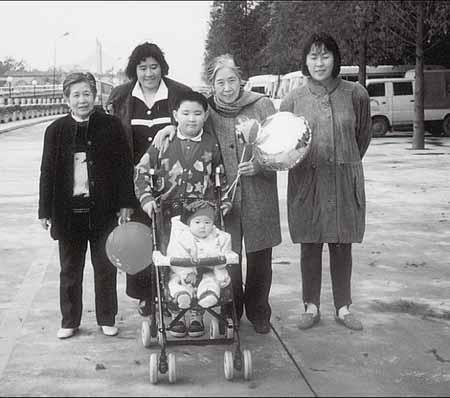 """1991年调国家商业部(后来的国内贸易部、商务部)任科技质量司副司长。1995年任该司司长。并当选为北京市人大代表。同时,兼任中国营养学指导委员会委员、中国烹饪学会理事。1999年11月25日,国际星座局决定将蛇夫星座上新发现的第36号小行星命名为""""王晴""""星。刘平平和王光美在广州。左二为刘平平。"""