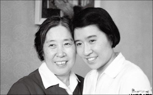 """1999年11月25日,国际星座局将一颗新发现的小行星以""""王晴博士星""""的名字命名,并于2000年1月4日向她颁发证书和星座手册。王光美为自己的女儿深感自豪。图为王光美与刘平平合影。"""