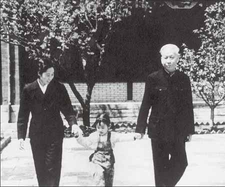 十年动乱伊始,刘少奇夫妇最放心不下6岁的小小。图为1966年秋,刘少奇、王光美和女儿小小在中南海福禄居。
