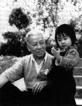 图为刘少奇与小女儿小小合影。