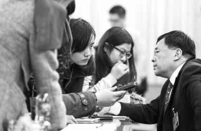 周正宇接受记者采访。京华时报记者潘之望摄