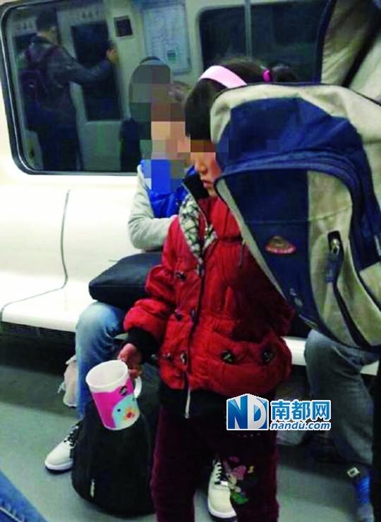 有网友近日将天津地铁中乞讨女童的照片发上微博,怀疑其是两年前失踪的浙江女孩张婷。天津警方经采集比对DNA后证实,两者并非同一人。网络图片