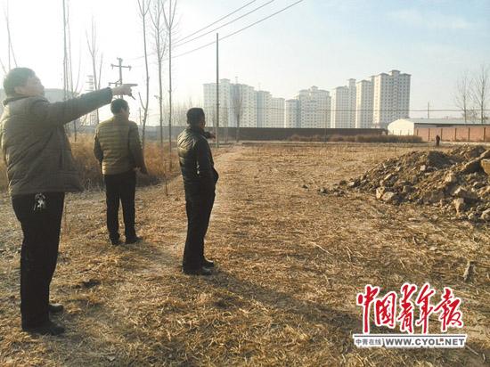 河南辉县百泉村,几位村民代表指着被长期圈占并撂荒的土地,愤怒又无奈。本报记者韩俊杰摄
