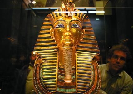 日,游客在开罗埃及博物馆参观图坦卡蒙黄金面具.新华社/路透-法图片