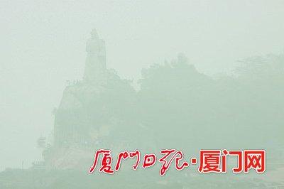 """昨日,郑成功雕塑和鼓浪屿在雾气中变成了""""印象派""""作品,但仍有不少游客慕名而来。"""