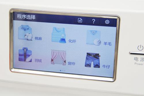 这款卡萨帝 XQGH100-HBF1427W洗衣机采用复式滚筒设计,白色的外观,简约高贵。操控面板简约至极,洗衣机的操作通过卡萨帝首创的iM洗衣专家导航系统实现,7寸的超宽触控屏ipod能清晰的呈现操作界面,采用图文导航让人们操作更加简洁、方便。