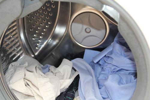 卡萨帝XQGH100-HBF1427W洗衣机拥有超大的筒径和强大的洗涤功能。该洗衣机可自动检测衣物的脏净程度,从而调整洗涤时间和漂洗次数,既保证了洗涤效果又节省了洗涤时间。负离子杀菌功能可以对衣物、包包、鞋子等进行净味,让衣物重新散发清新。此外,卡萨帝XQGH100-HBF1427W洗衣机还采用了弹力筋内筒、ATM防霉抗菌窗垫、双层复式设计,烘干护理以及筒自洁功能。
