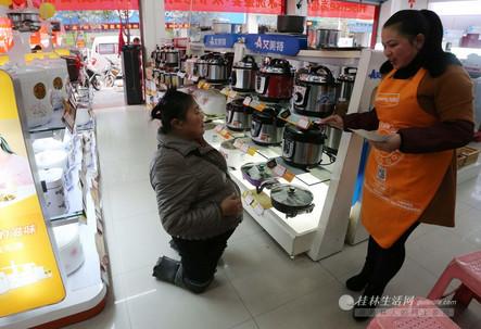1月22日, 胡凤莲上街买电压力锅。这是她节省了几个月的全部积蓄。她说,买个锅,做饭菜可以与工友一起吃。
