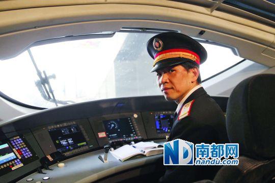 21日,倪伟平坐在广州南开往武汉的G 1112次高铁列车驾驶室里。