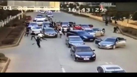 1月23日,江西省高安市瑞阳大道工业城附近,数十名男子持凶器斗殴。