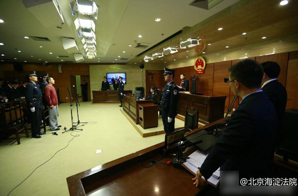 2015年1月27日上午10点半,张国立之子张默涉嫌容留他人吸毒一案在北京市海淀法院公开开庭审理。图为10时30分,案件准时开庭,张默身穿红色卫衣、灰色运动裤被带到现场。(图文来源:北京海淀法院微博)