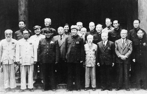 1949年,全国政协筹备会常委合影,毛泽东后左为马寅初。