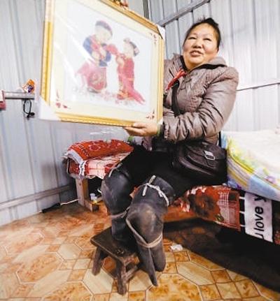 """失去双腿,""""跪行""""打工的五旬农妇胡凤莲,被网友称为""""坚强姐""""。截至1月27日19时,已有200余万网友为她点赞。"""