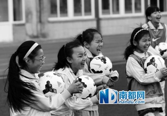 天下青少年校园足球事情指导小构建立