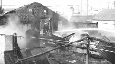 部分鸡舍已经烧成废墟