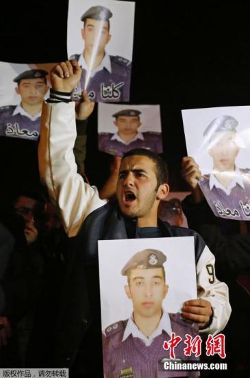 当地时间2015年1月27日,约旦安曼,约旦空军中尉马阿兹愠萨斯巴(Maaz Al Kassasbeh)的父母和亲属在总理办公室示威,要求约旦政府释放女死囚萨吉达・阿尔里沙维(Sajida Al-Rishawi)。