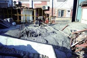 目前塌陷大洞已用水泥灌注填补,周边倒塌房屋居民被安置在附近酒店。 新华社发