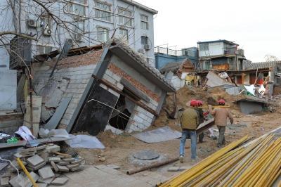 坍塌事故发生后,房屋倾倒在地面上。京华时报记者徐晓帆摄