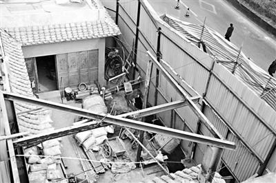 德内大街93号院挖地下室工程现场 摄影/本报记者 袁艺