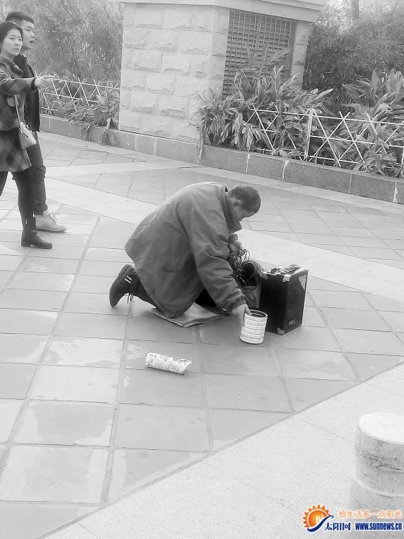 """声称手动不了收摊就""""康复"""" 99%的乞讨者为职业乞丐"""