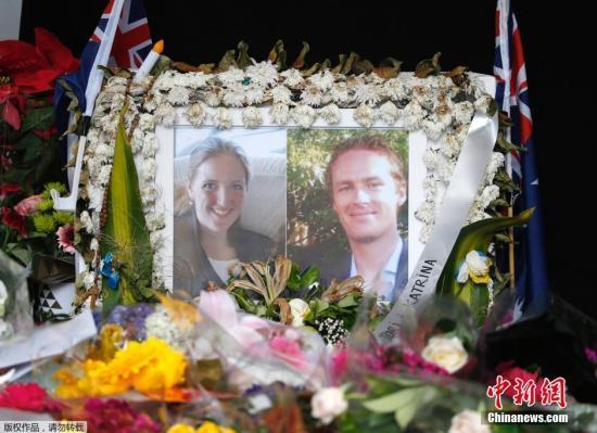 北京时间12月23日消息,据澳洲媒体报道,澳大利亚悉尼马丁广场人质劫持案遇难者、Lindt咖啡馆经理约翰逊Tori Johnson的葬礼23日在悉尼举行,数百名哀悼者前往现场,送约翰逊最后一程。图为人质劫持案的两名遇害者的照片,女律师Katrina Dawson与咖啡店经理Tori Johnson。