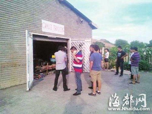中国驻南非使馆官员、南非华人警民合作中心工作人员在华人遇害现场调查了解情况