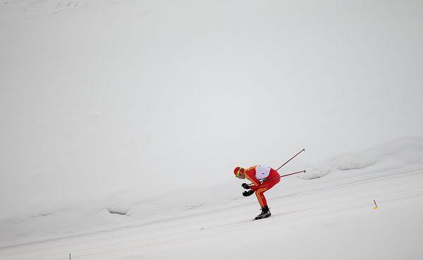 图文:大冬会第四比赛日 赵大龙在越野滑雪中