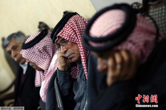 """当地时间2015年1月28日,约旦安曼,被""""伊斯兰国""""绑架的约旦飞行员马阿兹・卡萨斯贝的家属得知""""伊斯兰国""""的声明后悲痛万分,焦急等待消息。"""