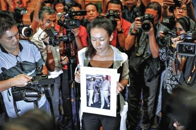 1月29日,在得知即将召开有关MH370的发布会后,一些乘客家属成员到场。