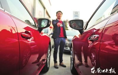 陆先生买到的展览车(右)和同款新车的门把手不一样
