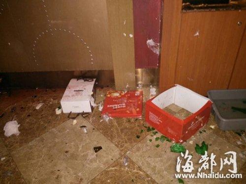 KTV包厢的地板和墙上,粘着不少蛋糕