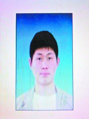 颛先生,24岁,河北沧州人,身高173厘米,中等体格,中长发,皮肤偏白,眉毛下眼睛上有一道细细的伤疤,出走时穿着深蓝色工厂厂服、蓝色运动鞋。