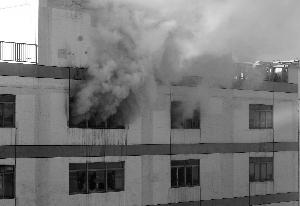 昨天上午9时许,东城区百荣世贸商城二期小货物城7层堆栈发作火警,此间未见明火,窗户中延续有浓烟冒出,延续数小时。事发后,二期商户全副分散,一期失常停业,但东侧几个出口封锁。消防部分共变更15其中队47部消防车尽力处理,火警并未形成职员伤亡,起火起因还在考察中。