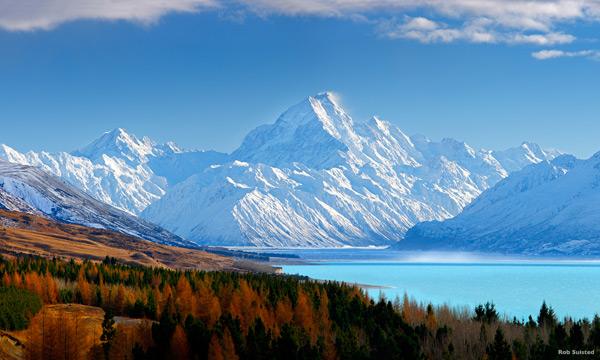 深秋时节,奥拉基库克山国家公园展开了一幅迷人的画卷。金色的树叶在枝头摇曳,与如绿松石般碧绿的普卡基湖和白雪皑皑的南阿尔卑斯山形成鲜明的对比。
