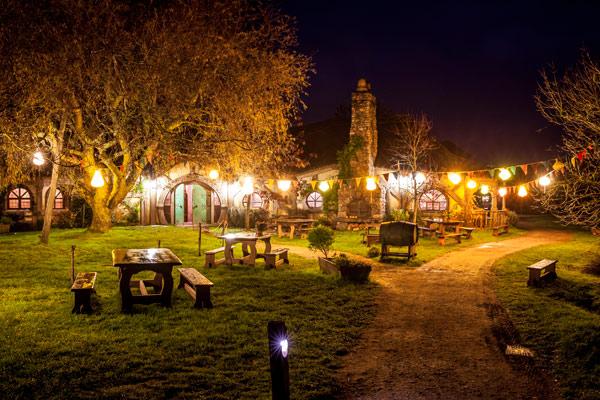 霍比屯电影布景地夜景游— —在绿龙酒馆体验霍比特人的特色宴会;伴着幽暗的油灯,探寻蜿蜒曲折的小路。