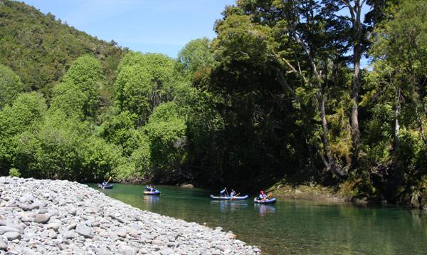 """""""皮鲁斯生态皮划艇""""项目带游客乘皮划艇沿皮鲁斯河顺流而下。河水清澈见底,在怪石嶙峋的峡谷间流淌,掩映在一片新西兰野生山毛榉森林之中。"""