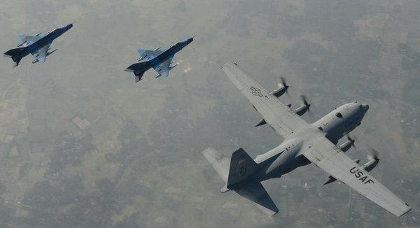 中国产歼7护航美运输机 列阵场景震撼(组图)