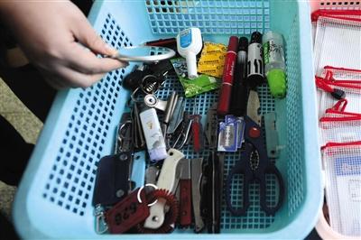 接待室安检处截留了没收的剪刀、水果刀等物品。