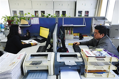 工作人员正在处理网络投诉和建议。